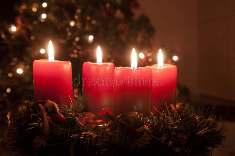 Στεφάνι εμφάνισης Χριστουγέννων με το κάψιμο των κεριών στοκ εικόνα