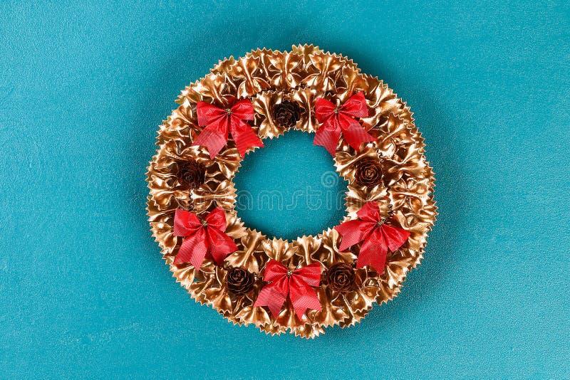 Στεφάνι ζυμαρικών Χριστουγέννων Diy στο μπλε υπόβαθρο Ιδέα δώρων, Χριστούγεννα ντεκόρ, Χριστούγεννα, νέο έτος στοκ εικόνα