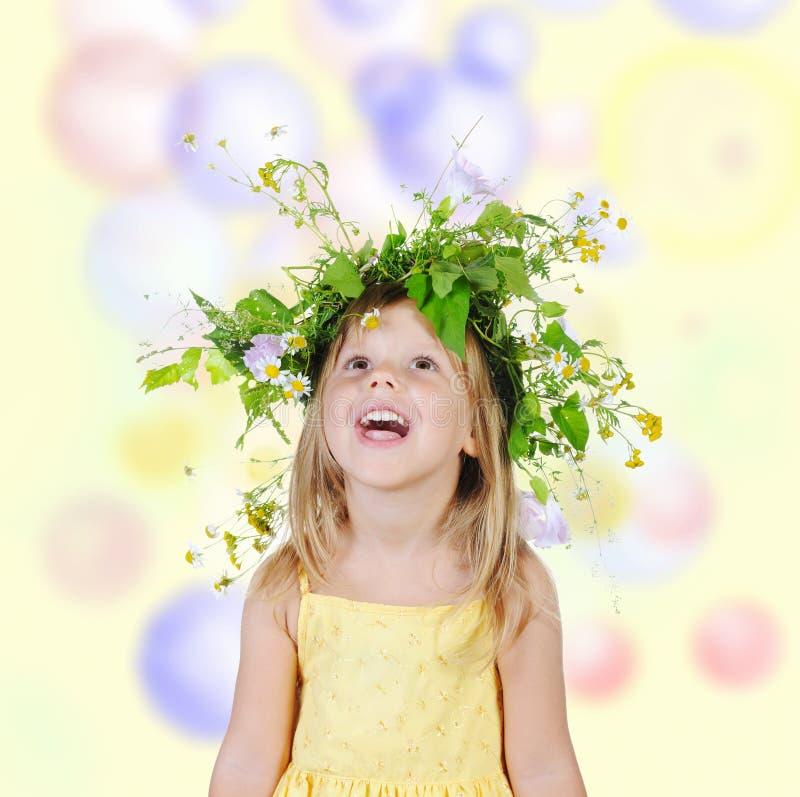 στεφάνι κοριτσιών λουλ&omicr στοκ φωτογραφία