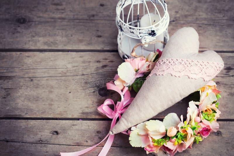 Στεφάνι λουλουδιών, διακοσμητική καρδιά και διακοσμητικό φανάρι με το cand στοκ εικόνα με δικαίωμα ελεύθερης χρήσης