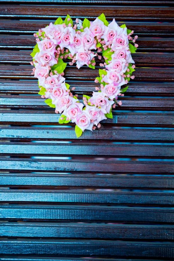 Στεφάνι λουλουδιών στη μορφή καρδιών στοκ εικόνες