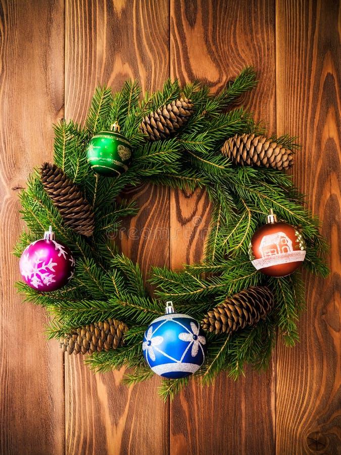 Στεφάνι στον ξύλινο πίνακα νέο έτος έννοιας Χριστου&gamm στοκ εικόνες