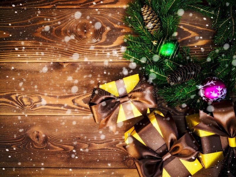 Στεφάνι στον ξύλινο πίνακα δώρο κιβωτίων που τυλίγεται νέο έτος έννοιας Χριστου&gamm στοκ εικόνα με δικαίωμα ελεύθερης χρήσης