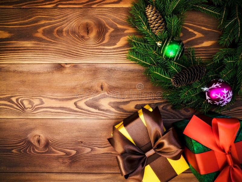 Στεφάνι στον ξύλινο πίνακα δώρο κιβωτίων που τυλίγεται νέο έτος έννοιας Χριστου&gamm στοκ εικόνες