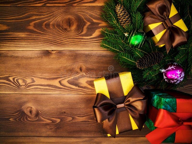 Στεφάνι στον ξύλινο πίνακα δώρο κιβωτίων που τυλίγεται νέο έτος έννοιας Χριστου&gamm στοκ φωτογραφία