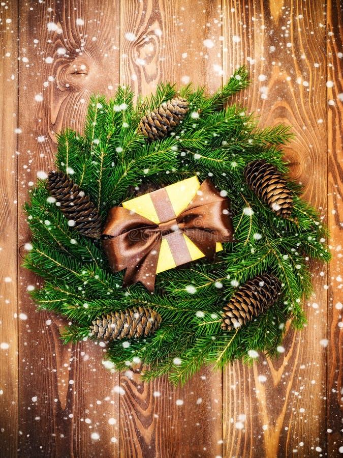 Στεφάνι στον ξύλινο πίνακα δώρο κιβωτίων που τυλίγε& νέο έτος έννοιας Χριστου&gamm στοκ εικόνα με δικαίωμα ελεύθερης χρήσης