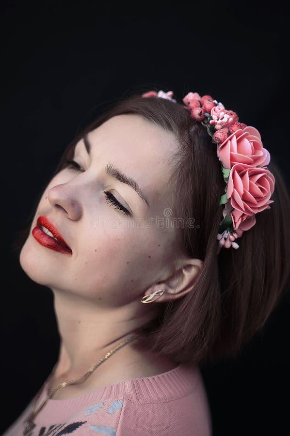Στεφάνι στο κεφάλι κοριτσιών Νέο όμορφο πορτρέτο γυναικών με το μακροχρόνιο εκτάριο στοκ φωτογραφία με δικαίωμα ελεύθερης χρήσης