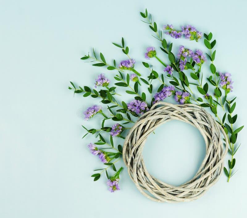 Στεφάνι φιαγμένο από ψάθινο κύκλο, οι κλάδοι του ευκαλύπτου και πορφυρά λουλούδια στοκ φωτογραφίες με δικαίωμα ελεύθερης χρήσης