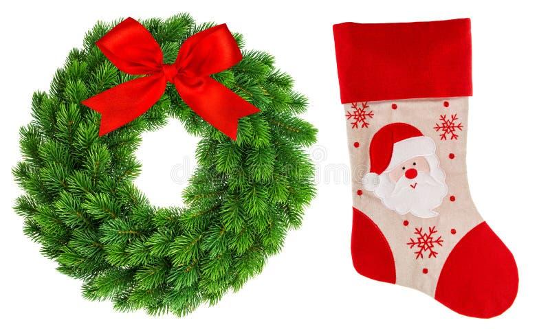 Στεφάνι Χριστουγέννων και κόκκινη απομονωμένη κάλτσα γυναικεία κάλτσα στοκ φωτογραφία με δικαίωμα ελεύθερης χρήσης