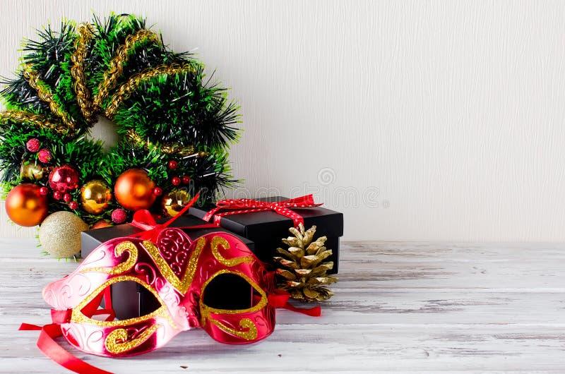 Στεφάνι Χριστουγέννων, μαύρο κιβώτιο δώρων Χριστουγέννων με την κόκκινη κορδέλλα και nas στοκ εικόνα