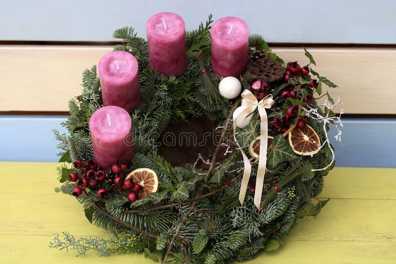 Στεφάνι Χριστουγέννων με τα ρόδινα κεριά στοκ φωτογραφίες