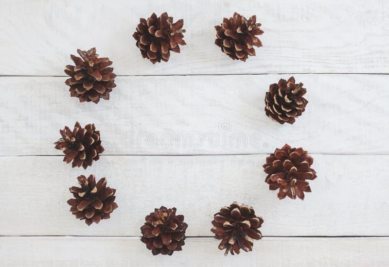Στεφάνι Χριστουγέννων φιαγμένο από κώνους πεύκων στο άσπρο ξύλινο backgrou στοκ εικόνες με δικαίωμα ελεύθερης χρήσης