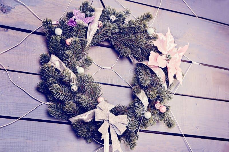 Στεφάνι Χριστουγέννων φιαγμένο από κλάδους, μούρα και λουλούδια πεύκων στοκ φωτογραφίες με δικαίωμα ελεύθερης χρήσης