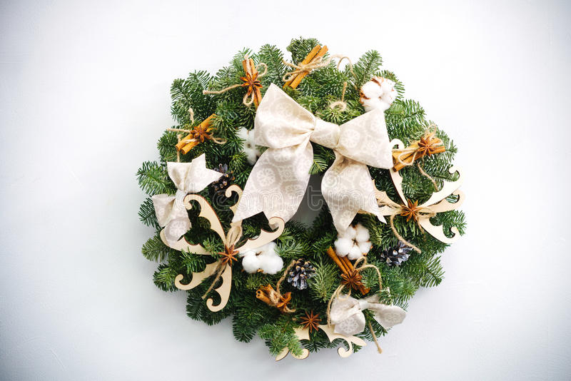 Στεφάνι Χριστουγέννων φιαγμένο από φυσικούς κλάδους έλατου στοκ εικόνα με δικαίωμα ελεύθερης χρήσης