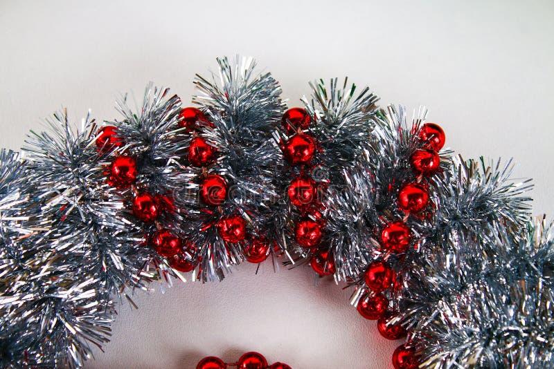 Στεφάνι Χριστουγέννων Diy Ο οδηγός σχετικά με τη φωτογραφία πώς να κάνει ένα στεφάνι Χριστουγέννων με τα χέρια σας από ένα πιάτο  στοκ εικόνες