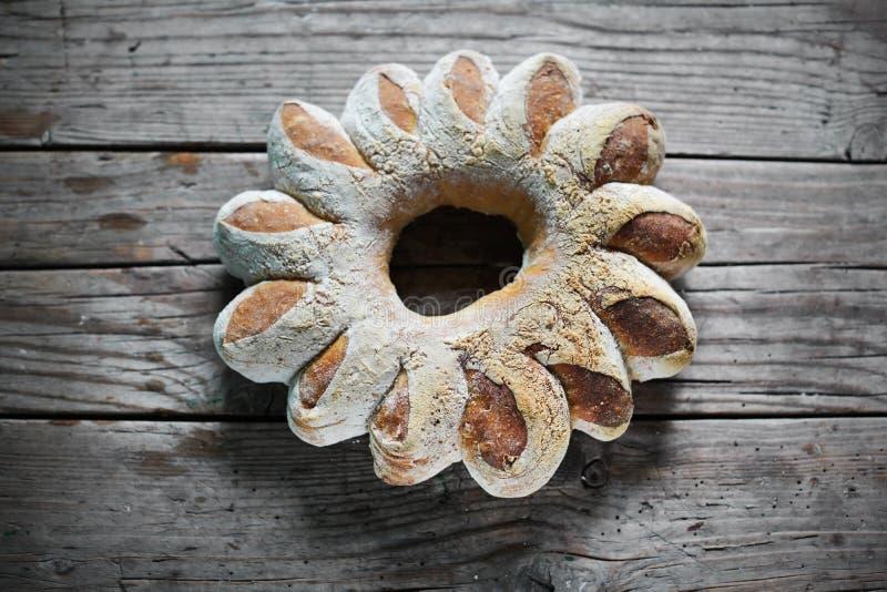 Στεφάνι ψωμιού για τις διακοπές, αγροτικό χειροτεχνικό ύφος στοκ εικόνες