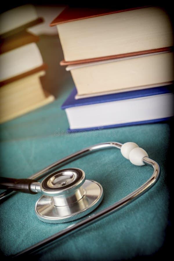 Στηθοσκόπιο δίπλα σε μερικά βιβλία ιατρικής στοκ εικόνα