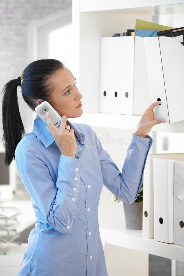 Στην αρχή παίρνοντας γραμματοθήκη κοριτσιών ενώ στο τηλέφωνο στοκ φωτογραφία