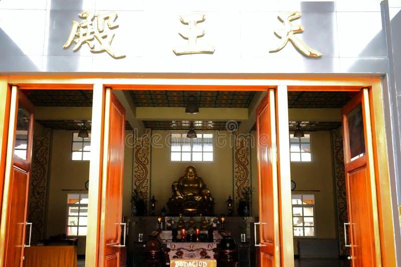 Στην είσοδο του βουδιστικού ναού στοκ εικόνα