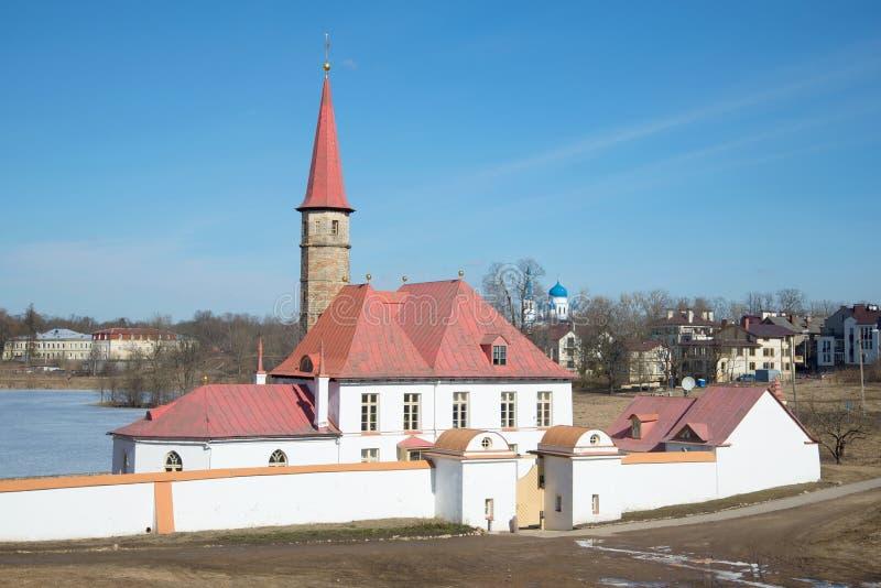 Στην είσοδο στο παλάτι κοινοβίων, μια ηλιόλουστη ημέρα Απριλίου gatchina Ρωσία στοκ εικόνα