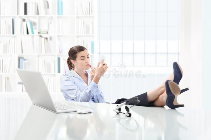 Στην επιχειρησιακή γυναίκα σπασιμάτων στον υπολογιστή γραφείου γραφείων με τον υπολογιστή, βάζει το λι στοκ φωτογραφία με δικαίωμα ελεύθερης χρήσης