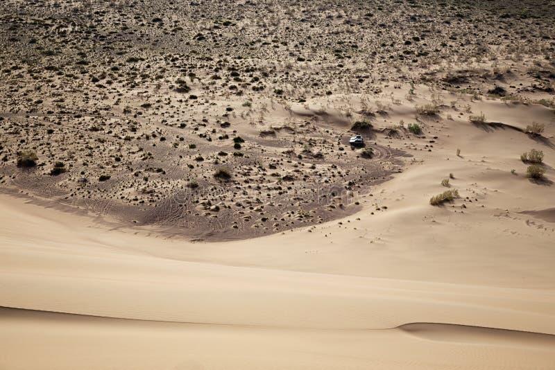 Στην κορυφογραμμή ένας αμμόλοφος άμμου στοκ εικόνες