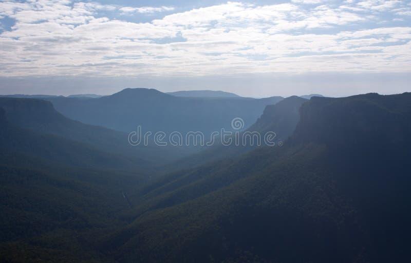 Στην μπλε επιφυλακή περιπάτων φαραγγιών βουνών μεγάλη στοκ φωτογραφίες