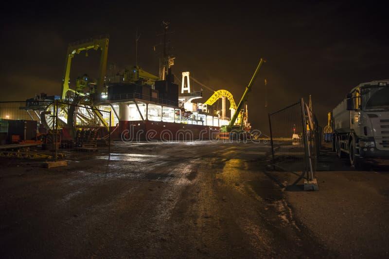 Στην ομίχλη και το σκοτάδι στο λιμάνι στοκ εικόνα με δικαίωμα ελεύθερης χρήσης