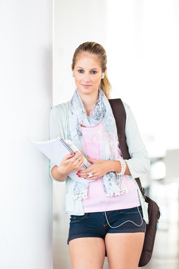 Στην πανεπιστημιούπολη - όμορφη, γυναίκα σπουδαστής στοκ εικόνα με δικαίωμα ελεύθερης χρήσης