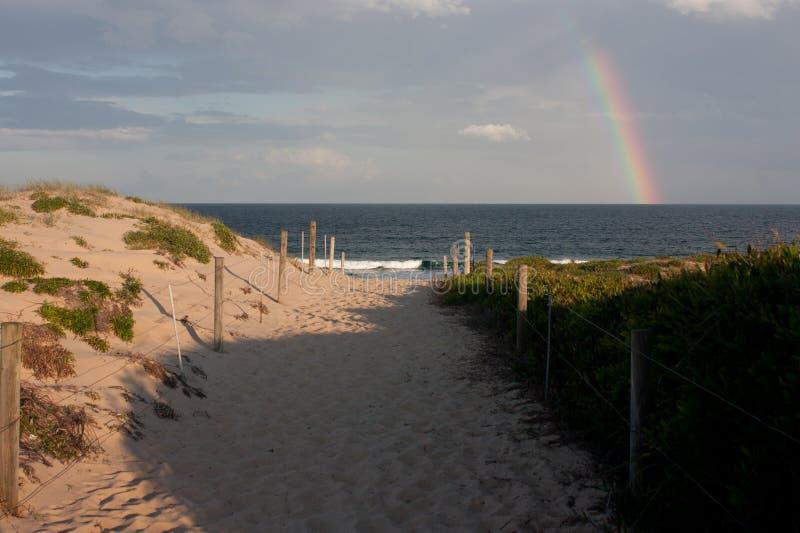 Στην παραλία Cronulla με ένα ουράνιο τόξο στο Σίδνεϊ στοκ εικόνα με δικαίωμα ελεύθερης χρήσης
