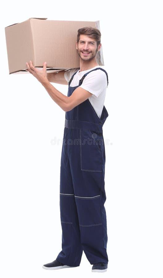 Στην πλήρη αύξηση αρσενικός αγγελιαφόρος με ένα μεγάλο κιβώτιο στοκ εικόνα με δικαίωμα ελεύθερης χρήσης