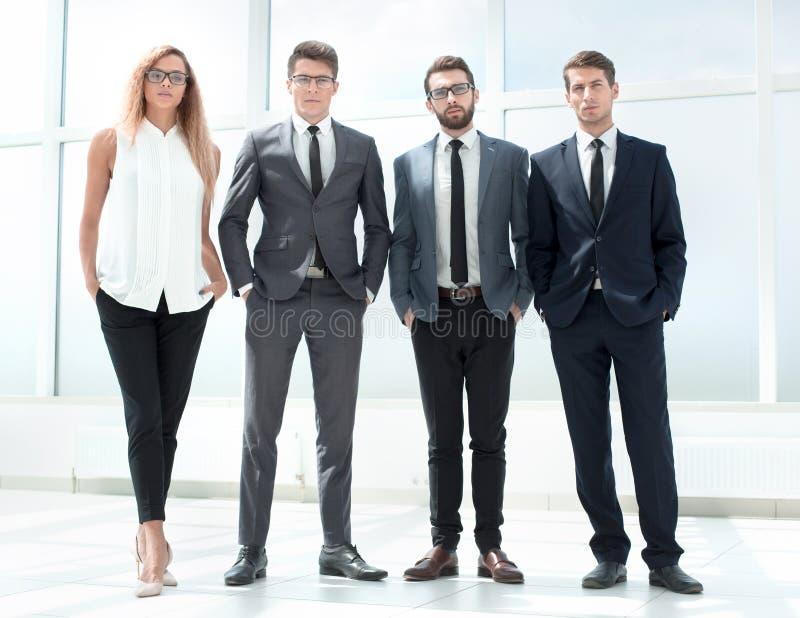 Στην πλήρη αύξηση Επιχειρησιακή ομάδα που στέκεται στο γραφείο στοκ φωτογραφία με δικαίωμα ελεύθερης χρήσης