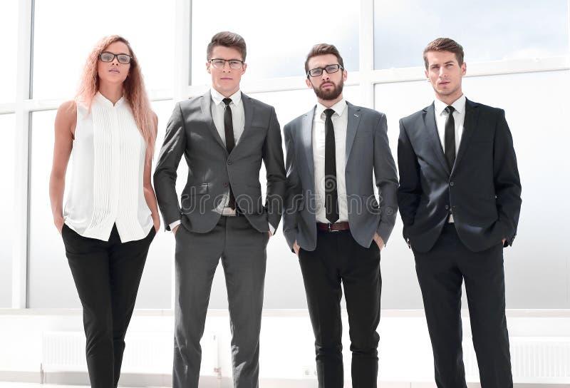 Στην πλήρη αύξηση Επιχειρησιακή ομάδα που στέκεται στο γραφείο στοκ φωτογραφίες