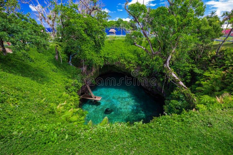 Στην ωκεάνια τάφρο Sua - διάσημη κολυμπώντας τρύπα, Upolu, Σαμόα στοκ εικόνες