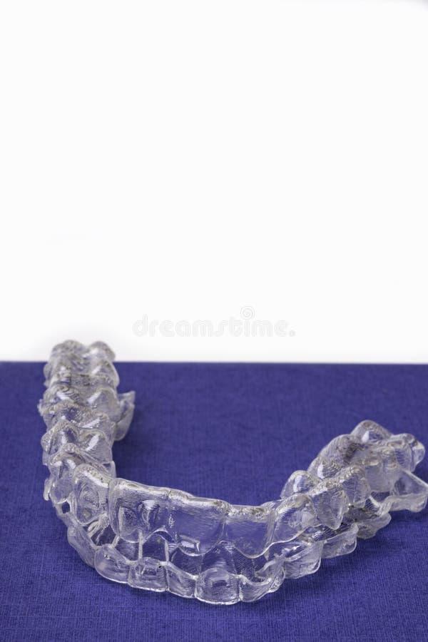 Στηρίγματα ή ευθυγραμμιστής Inivisalign Ένας τρόπος να υπάρξει ένα όμορφο χαμόγελο και άσπρα δόντια στοκ φωτογραφία με δικαίωμα ελεύθερης χρήσης