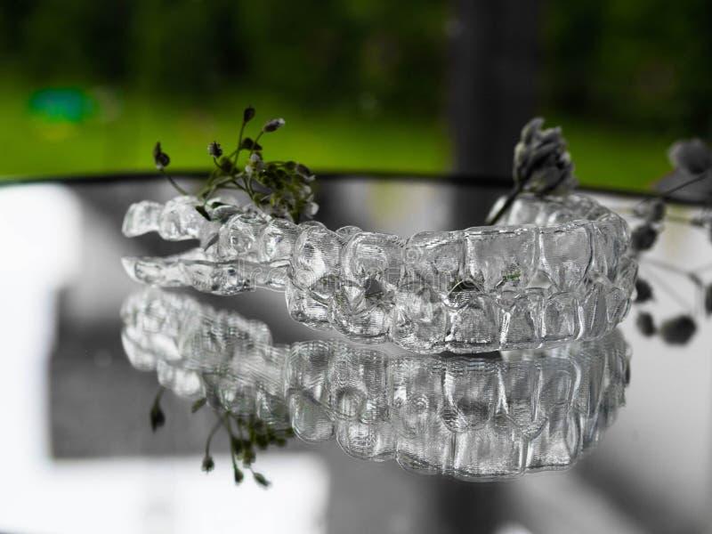 στηρίγματα Αόρατος ευθυγραμμιστής στο διαφανές γυαλί στοκ φωτογραφία με δικαίωμα ελεύθερης χρήσης