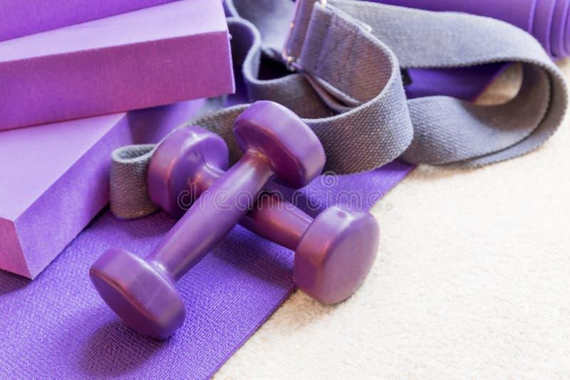 Στηρίγματα εξοπλισμού γιόγκας ικανότητας pilates στον τάπητα στοκ φωτογραφίες