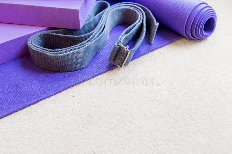 Στηρίγματα εξοπλισμού γιόγκας ικανότητας pilates στον τάπητα στοκ εικόνα