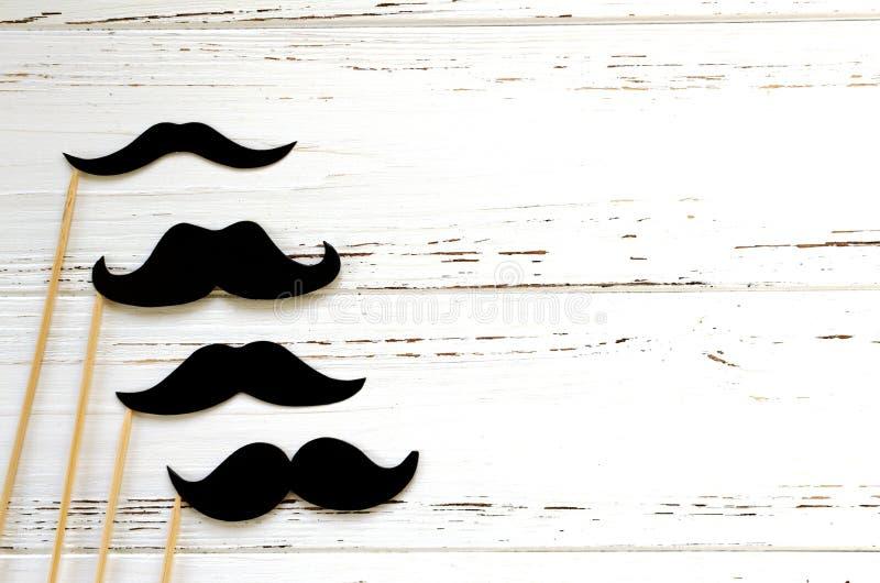 Στηρίγματα φωτογραφιών - μαύρο έγγραφο mustache για το άσπρο εκλεκτής ποιότητας υπόβαθρο στοκ εικόνες