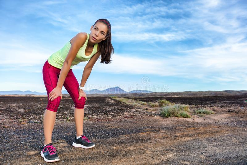 Στηργμένος τρέχοντας αναπνοή σπασιμάτων δρομέων ιχνών που κουράζεται στοκ φωτογραφία