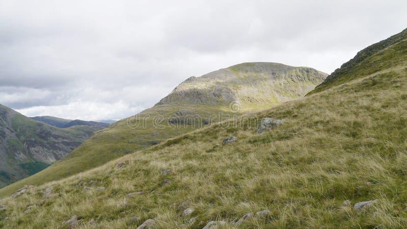 Στη βουνοπλαγιά που κοιτάζει απέναντι στο στυλοβάτη, περιοχή λιμνών στοκ φωτογραφία με δικαίωμα ελεύθερης χρήσης