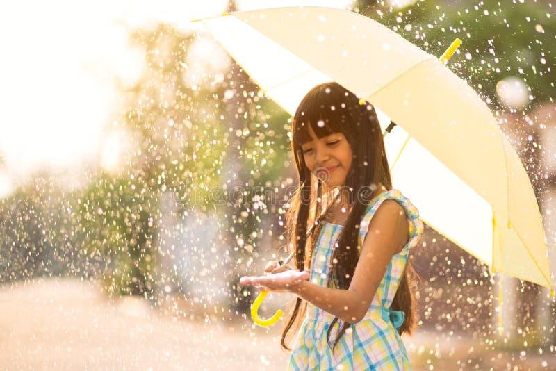 Στη βροχή στοκ εικόνες