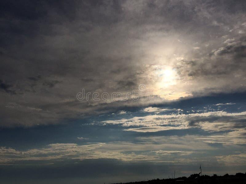 Στη θάλασσα ο ήλιος βγαίνει στα σύννεφα που απειλούν τη βροχή, σε Bibione, Βένετο, Ιταλία στοκ εικόνα με δικαίωμα ελεύθερης χρήσης