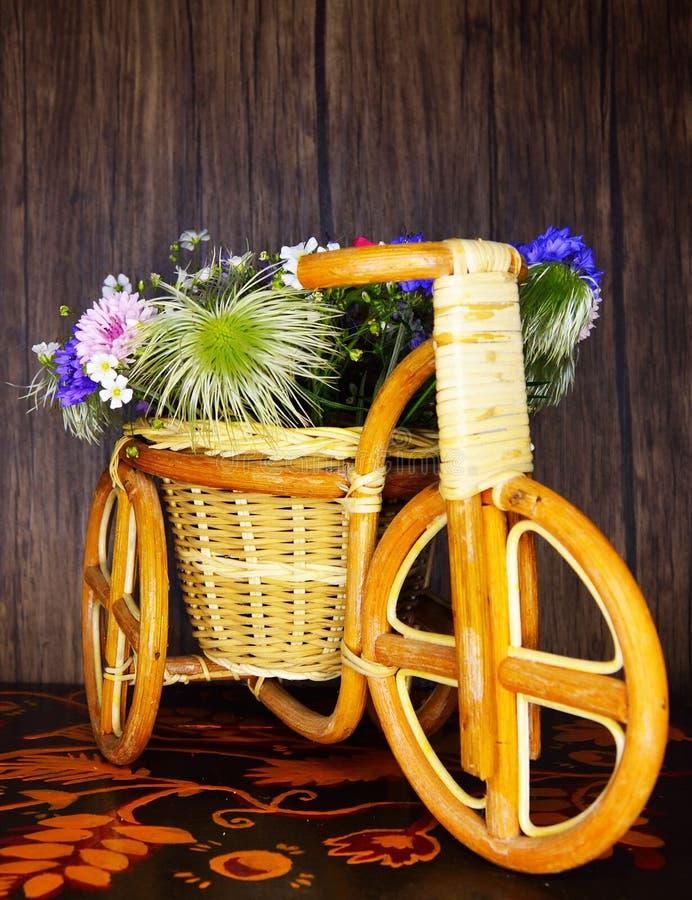 Στη μακρινή στάση λιβαδιών και συλλέξτε τα λουλούδια στοκ εικόνες