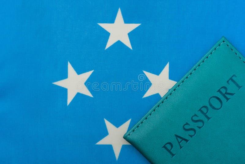Στη σημαία της Μικρονησίας είναι ένα διαβατήριο στοκ εικόνα με δικαίωμα ελεύθερης χρήσης
