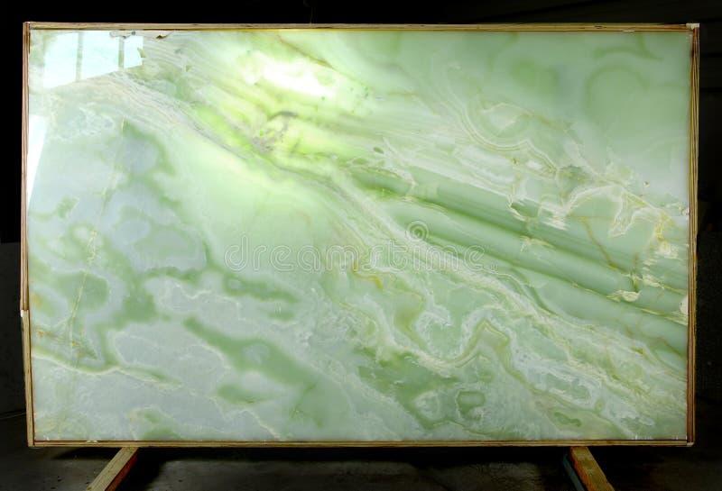 Στη στάση είναι μια πλάκα της φυσικής πέτρας Verde Onyx, η οποία είναι αναδρομικά φωτισμένη στοκ εικόνες