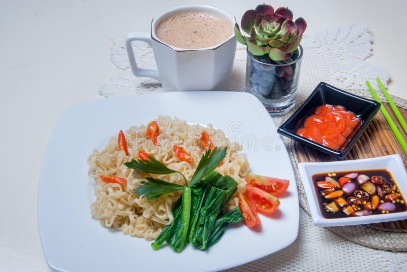 Download Στιγμιαία νουντλς με τα ασιατικά γούστα υπάρχουν αυγά και ποτά Στοκ Εικόνες - εικόνα από γεύμα, ευκολία: 62714474