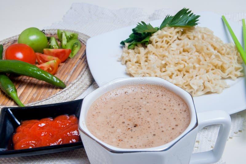 Download Στιγμιαία νουντλς με τα ασιατικά γούστα υπάρχουν αυγά και ποτά Στοκ Εικόνες - εικόνα από κινεζικά, τρόφιμα: 62714528