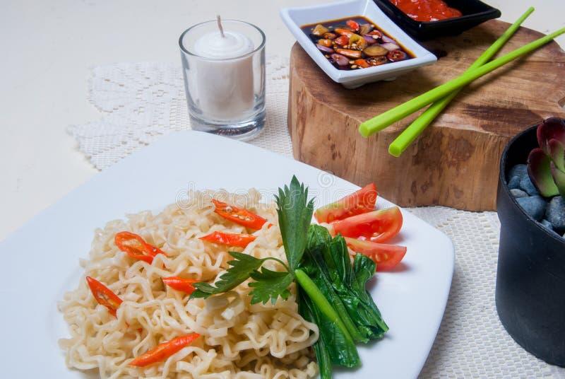 Download Στιγμιαία νουντλς με τα ασιατικά γούστα Στοκ Εικόνες - εικόνα από κατανάλωση, chopsticks: 62713304