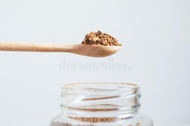 Στιγμιαίος καφές και ένα κουτάλι στοκ εικόνες με δικαίωμα ελεύθερης χρήσης